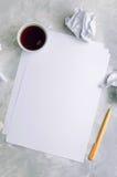 Feuilles de papier vide et de papier chiffonné au-dessus de backgroun concret Photos libres de droits