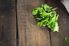 Feuilles de salade fraîche sur un fond en bois photos stock