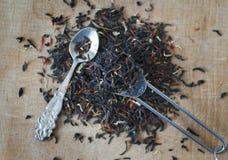 Feuilles de thé à bord images stock