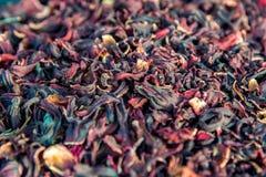 Feuilles de thé colorées de fruits secs du cadre entier image libre de droits