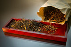 Feuilles de thé noires et d'or photo libre de droits