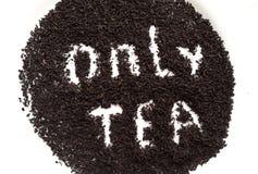 Feuilles de thé noires sèches Photos stock
