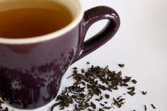 Feuilles de thé par la cuvette Photographie stock