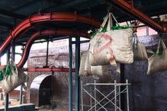Feuilles de thé sèches dans les sacs dans une usine Photo libre de droits