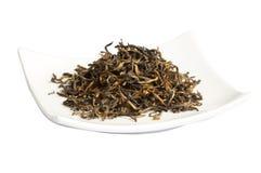 Feuilles de thé sèches desserrées de thé noir, d'isolement Photos libres de droits