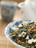 Feuilles de thé vertes avec du riz brun Image stock