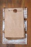 Feuilles de vintage de papier pour la recette sur la base en bois, vue supérieure Photo stock