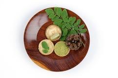 Feuilles du concombre-chinois amer (fuite de moringa oleifera.) Transformé en concombre-chinois amer. Poudre emballée dans les cap Photo stock