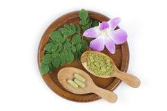Feuilles du concombre-chinois amer (fuite de moringa oleifera.) Transformé en concombre-chinois amer. Poudre emballée dans les cap Photo libre de droits