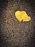 Feuilles en forme de coeur sur le plancher Photos stock