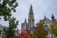Feuilles et église d'automne photographie stock libre de droits