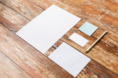 Feuilles et crayon de papier blanc sur le conseil en bois Photo libre de droits
