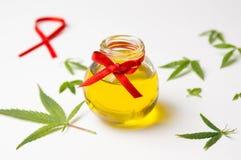 Feuilles et pétrole de cannabis sur le blanc Photo libre de droits