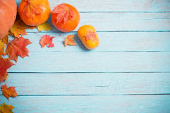 Feuilles et potirons d'automne sur le fond en bois Images libres de droits