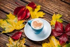 Feuilles et tasse de café Photos libres de droits
