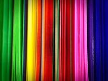 Feuilles ondulées de plastique vif coloré pour Art Project sur l'étagère images stock