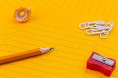 Feuilles oranges de concept de papier, de crayon, de papeterie et d'espace vide pour votre texte image stock