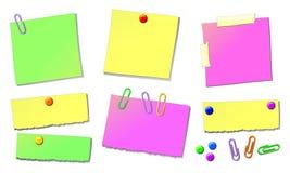 Feuilles pour des notes, avec des broches de retrait et des agrafes illustration libre de droits