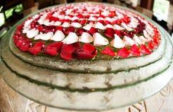 Feuilles rouges et roses de fleur placées dans un modèle de cercle Images stock
