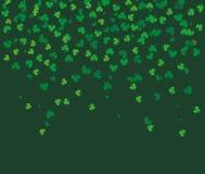 Feuilles volantes de différentes nuances de trèfle de vert sur le fond foncé illustration de vecteur