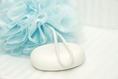 Feuilleté et savon bleus de douche sur des tuiles Photos stock
