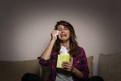 Feuilleton et pleurer de observation de femme photographie stock