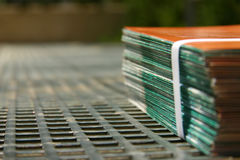 Feuillets attachés à une imprimante photographie stock libre de droits