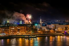 Feux d'artifice à Novi Sad, Serbie Feux d'artifice du ` s de nouvelle année photos stock