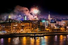Feux d'artifice à Novi Sad, Serbie Feux d'artifice du ` s de nouvelle année photographie stock