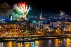 Feux d'artifice à Novi Sad, Serbie Feux d'artifice du ` s de nouvelle année photo stock