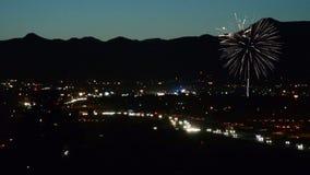 Feux d'artifice éclatant avec le Colorado Rocky Mountains à l'arrière-plan banque de vidéos