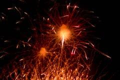 Feux d'artifice Étoiles et feux d'artifice brillants sur le fond rouge photographie stock