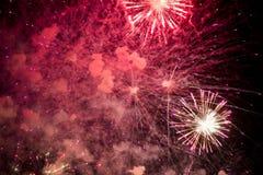 Feux d'artifice Étoiles et feux d'artifice brillants sur le fond rouge images stock