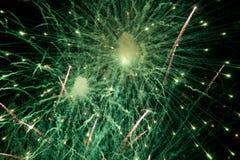 Feux d'artifice Étoiles et feux d'artifice brillants sur le fond rouge image libre de droits