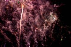 Feux d'artifice Étoiles et feux d'artifice brillants sur le fond rouge photo libre de droits