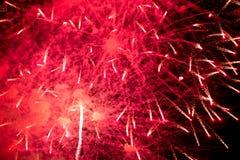 Feux d'artifice Étoiles et feux d'artifice brillants sur le fond rouge photos stock
