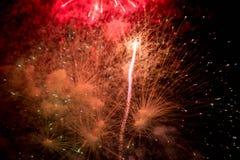 Feux d'artifice Étoiles et feux d'artifice brillants sur le fond rouge photos libres de droits