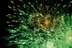 Feux d'artifice Étoiles et feux d'artifice brillants sur le fond rouge images libres de droits