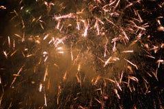 Feux d'artifice Étoiles et feux d'artifice brillants sur le fond rouge photo stock