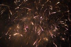 Feux d'artifice Étoiles et feux d'artifice brillants sur le fond rouge image stock