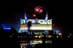 Feux d'artifice au-dessus de Cirque du Soleil Photographie stock libre de droits