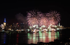 Feux d'artifice au-dessus de Hudson River Photo stock