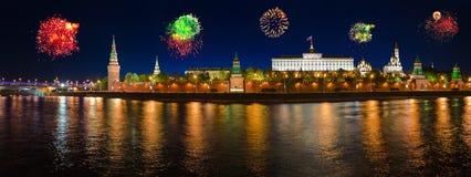 Feux d'artifice au-dessus de Kremlin à Moscou image stock