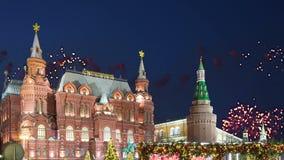 Feux d'artifice au-dessus de l'inscription historique de musée d'état dans le Russe, près de Kremlin à Moscou, la Russie banque de vidéos