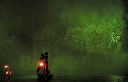 Feux d'artifice au-dessus de la ville de St Petersburg (Russie) Photographie stock libre de droits