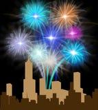 Feux d'artifice au-dessus de la ville signifiant la pyrotechnie de fête de partie illustration stock