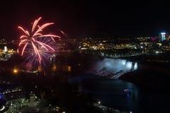 Feux d'artifice au-dessus de Niagara Falls Images libres de droits