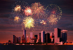 Feux d'artifice au-dessus de NYC Photos stock