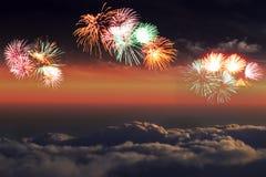Feux d'artifice au-dessus des cumulus contre le ciel pour la décoration de conception photos libres de droits