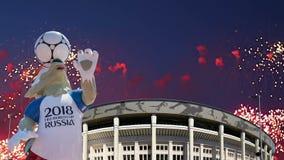 Feux d'artifice au-dessus du loup Zabivaka et Luzhniki Moscou, Russie banque de vidéos